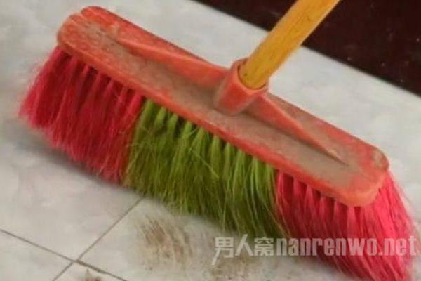 家居生活中使用扫帚扫地的小技巧 大家都知道么?