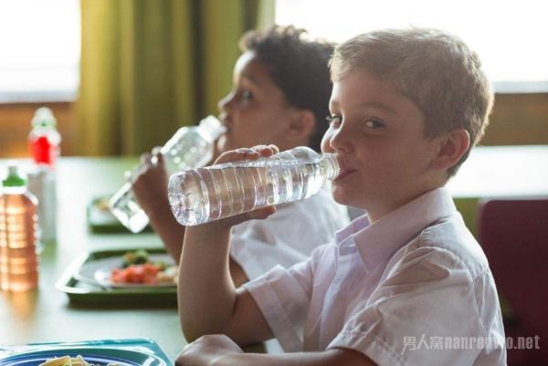 吃饭时到底能不能喝水 幸好知道答案了 网友:还不晚