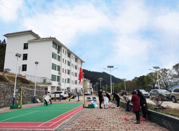 从江县翠里乡开展卫生整治、植树绿化主题党日活动