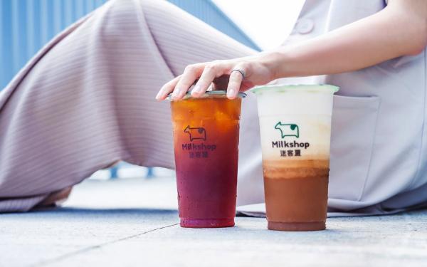 迷客夏娜杯红茶拿铁新上市!香甜焦糖香搭配绿光牧场鲜乳,完美比例抢先开喝
