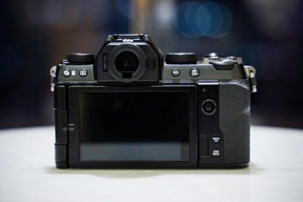拍照与视频都更好用的次旗舰 富士X-S10无反真机上手