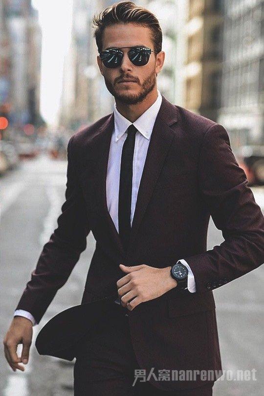很多男生在拍照时不知道要怎么摆pose,只会傻傻的站在那或者剪刀手图片