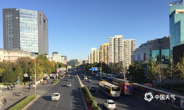 """北京蓝天+大风+降温 行人""""全副武装""""出行"""