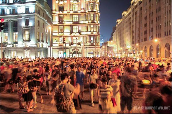 怎么在人潮拥挤的地方拍出满意的照片?这些技巧了解一下