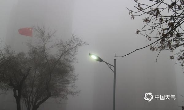 风雪来临前新疆首府乌鲁木齐淹没在大雾中