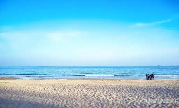 宁波 - 渔山岛 渔山岛是国家级的海洋公园,也有亚洲第一钓场的称号,有些丰富的海洋生物资源,海钓时间长达十个月,每年都吸引了大量钓鱼爱好者。渔山岛海水很清澈,基本上可以看到鱼类在水中畅游,如果幸运还能看到荧光海,银色般的蓝色光影美到让人震撼。