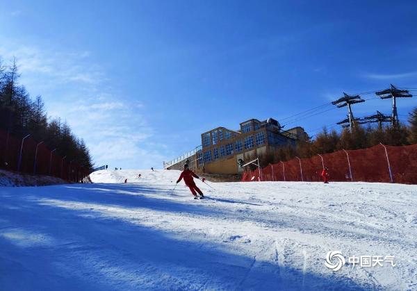 又到一年滑雪季!河北张家口滑雪爱好者雪道飞驰