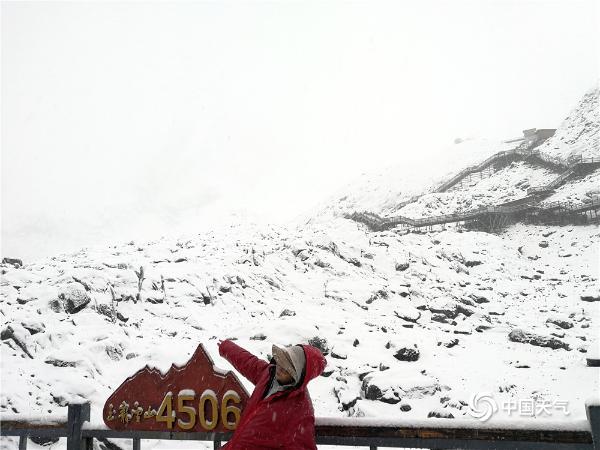 云南玉龙雪山降雪 银装素裹巍峨壮丽