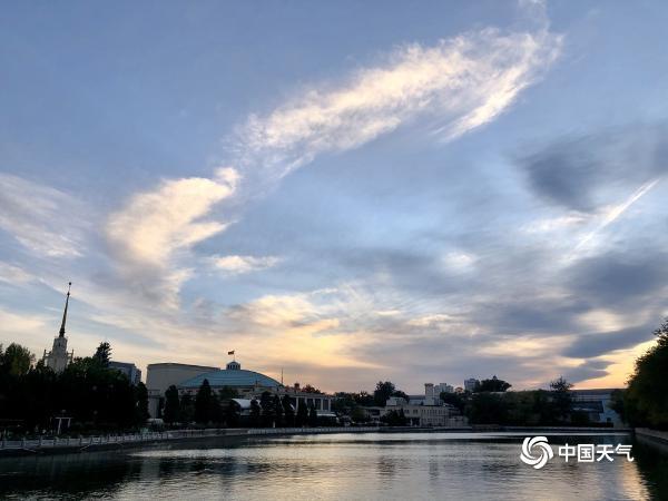 北京落日余晖波光映 天空景色甚美