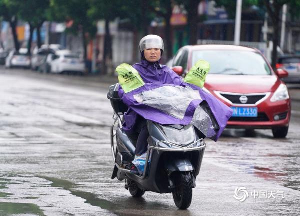 """广西钦州""""台风雨""""来袭 市民风雨中艰难出行"""