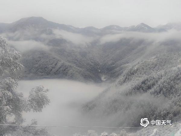 甘肃迭部迎来今年下半年首场雪 地面一片白茫茫
