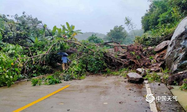 海南强降雨持续 局地出现内涝或山体滑坡