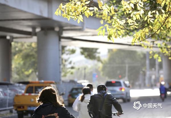 北京大风劲吹 街头行人眯眼前行头发飞舞