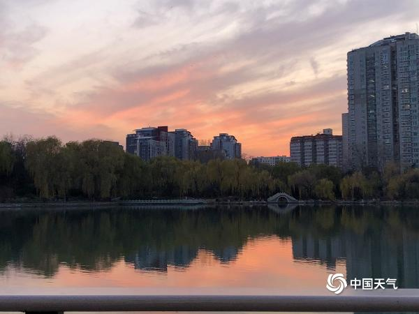 今天傍晚北京天空美到你了吗?金粉色晚霞铺满天空