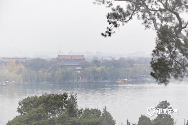 """北京霾天气继续 北海太液池远眺似""""遮纱"""""""