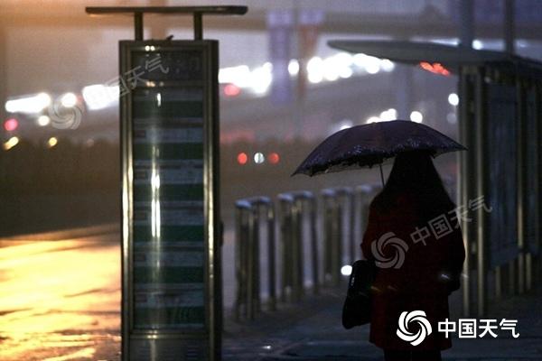 降雨将持续24小时!北京迎入冬后首场降雨 雨雾交织扰交通