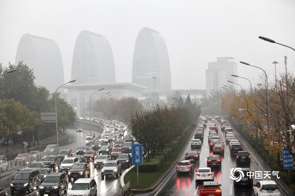 雨扰京城能见度不佳 早高峰汽车排长龙