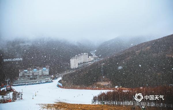 河北崇礼迎来入冬首场降雪 滑雪爱好者雪中驰骋