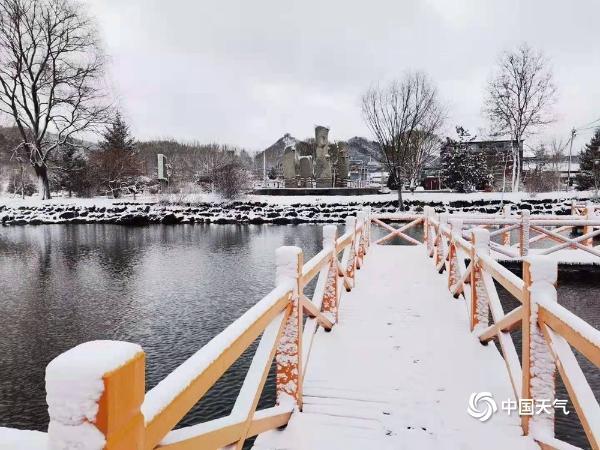 北京多地飘雪 粉妆玉砌如冰雪世界