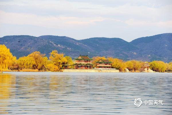 北京入冬秋景犹在 颐和园美如画卷