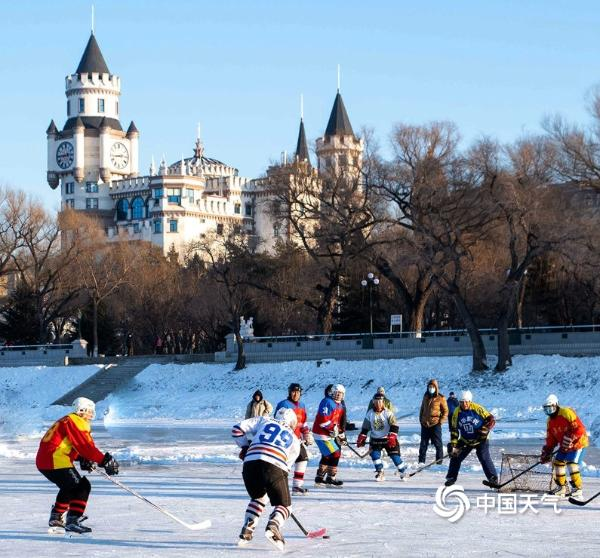 哈尔滨老年冰球队身姿矫健 平均年龄超过60岁