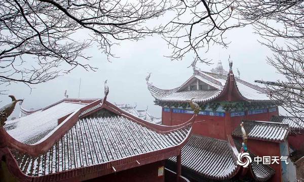 壮观!华蓥山宝鼎迎今冬初雪 雪后云雾缭绕宛如仙境