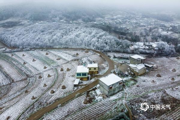 冰雪世界!贵州毕节高原银装素裹 晶莹剔透美不胜收