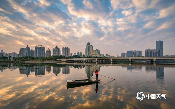 张张大片!广西南湖水天一色 云霞绕城美如画