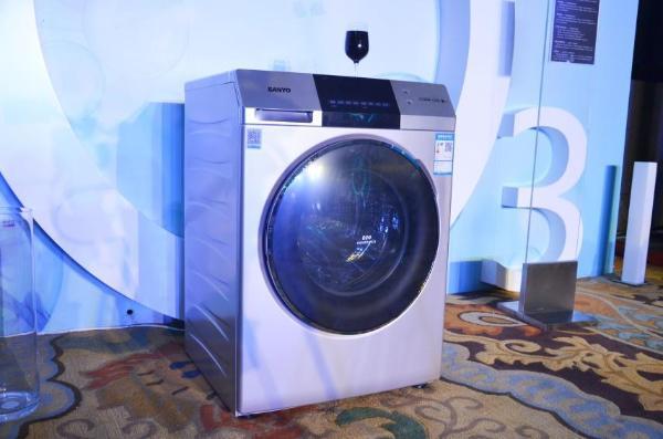 三洋Magic9洗衣机展示区 此外,我们在日常生活中经常会碰到一些未能及时处理的顽固污渍,在清洗时,往往会考虑到用什么样的洗衣粉或洗衣液来处理,却忽视了洗衣方式。三洋Magic9系列洗衣机拥有独特的浸泡洗功能,在洗涤之前可以先选择将衣服浸泡一下,消费者可根据衣物的脏污程度随意选择浸泡时间,彻底解决顽固污渍,还你一件洁净如新的衣服。 针对不同的衣物面料,设置了不同的清洗方式,新增12种洗衣程序,快洗、羊毛、自编、棉麻等,满足年轻消费者多元化洗涤需求。面对大量的衣物清洗,速溶洗功能则可以快速提高洗衣速度,溶解