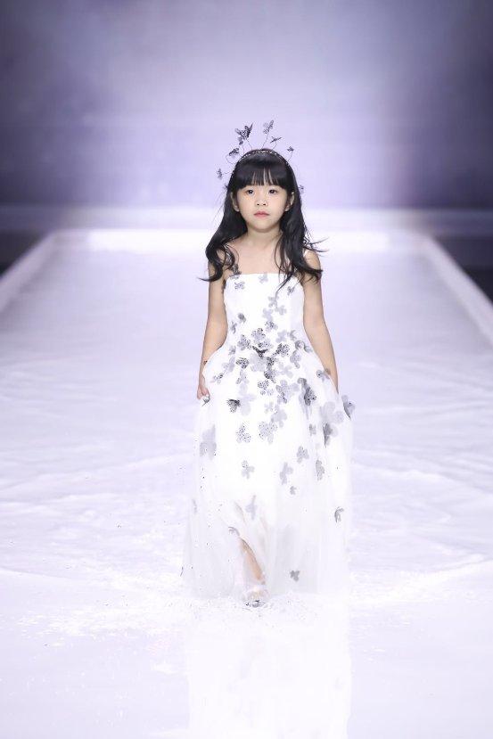 "Grace Chen""静·空之美""系列隆重发布 空灵雅静,溪水T台演绎中国风"