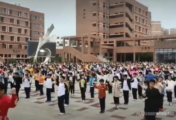 一千多名学生跳张艺兴舞蹈 真的是全民《Honey》了
