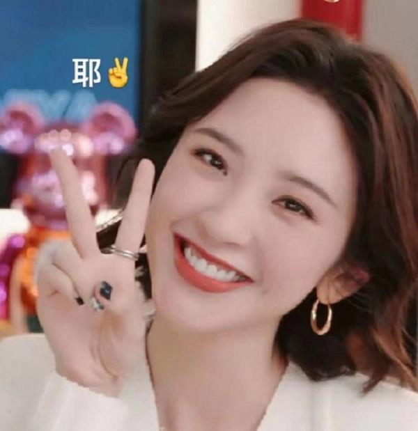 唐艺欣是Viya直播房的嘉宾 笑五连拍好甜