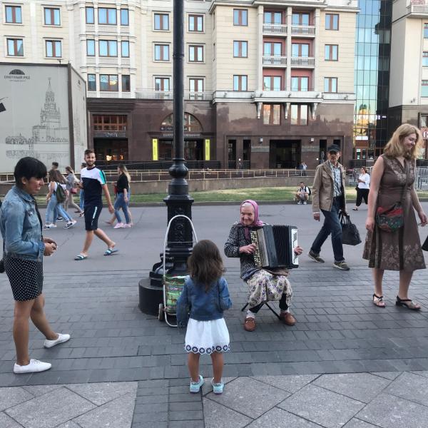 8岁甜馨穿着时尚t台走秀,气场全开获观众猛拍