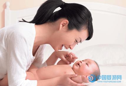 婴儿抚触好处多,正确做法做错不得