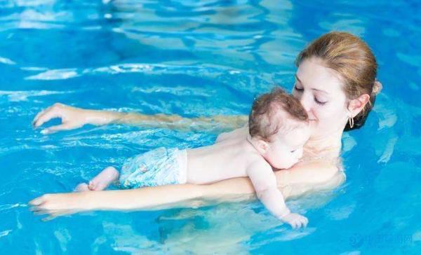 为什么婴儿游泳广受家长欢迎