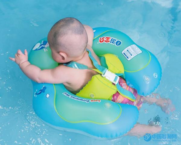 婴儿游泳圈脖圈的正确佩戴方法,你知道吗