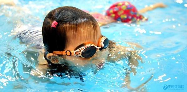 婴儿游泳+抚触按摩,有效缓解宝宝肌张力过高。