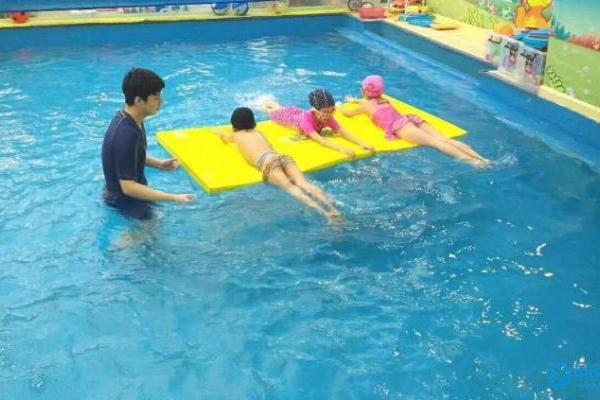 婴儿游泳池池水深度多少为宜