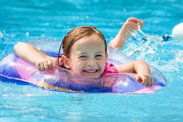 婴儿游泳开发宝宝右脑,让宝宝更聪明