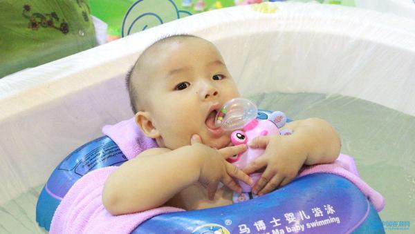 坚持婴儿游泳,宝宝更健康,妈妈更省心