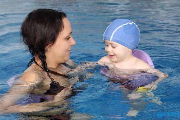 婴儿游泳馆水育师怎么跟宝宝互动