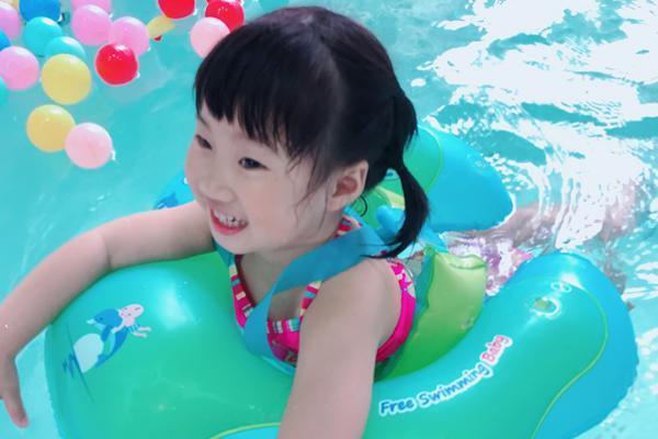 婴儿游泳趴圈的正确戴法,宝妈必备!