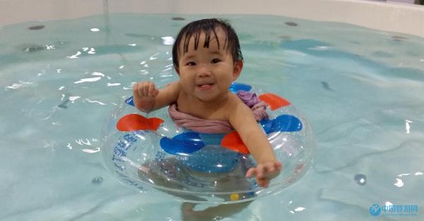 家长都说婴儿游泳好,可究竟好在哪儿呢?