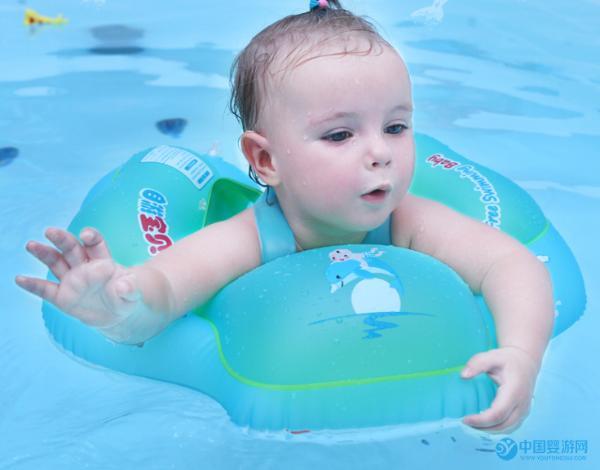 婴儿游泳趴圈的正确戴法,简单却很容易出错