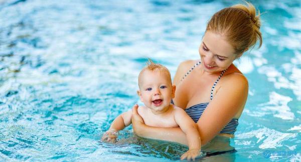 冬季婴儿游泳八大好处,全面促进宝宝健康成长