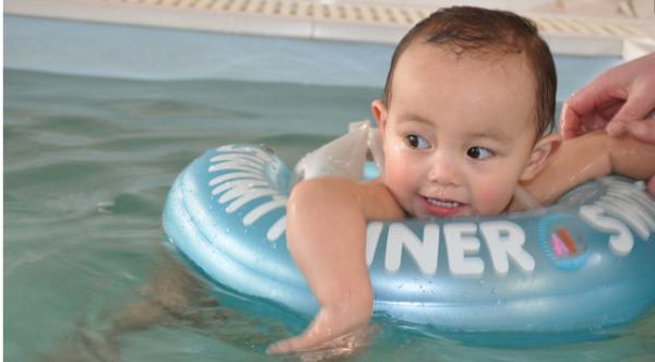 婴儿游泳馆生意这么火,婴儿游泳的好处究竟有什么秘密?