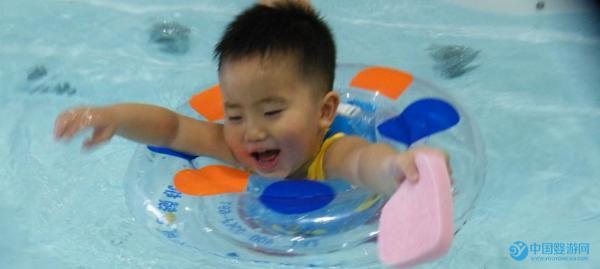坚持婴儿游泳让宝宝更健康,婴儿游泳的好处需要慢慢体会