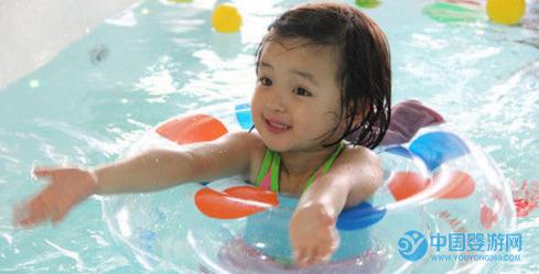 宝宝在婴儿游泳馆游泳的好处你知道多少?