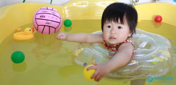 婴儿游泳的四大好处及三大注意事项