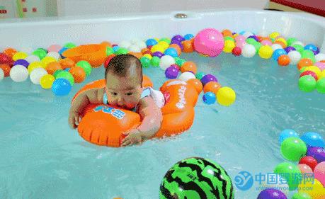 婴儿游泳好处多,是最适合宝宝的一项运动